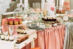 La multa adornó la tabla de la boda con los dulces Fotografía de archivo libre de regalías
