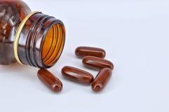 la Multi-vitamina ha straripato la bottiglia immagine stock libera da diritti