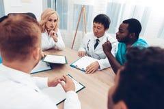 La multinacional doctor a Group Diagnostic Meeting imagenes de archivo