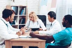 La multinacional doctor a Group Diagnostic Meeting fotos de archivo libres de regalías