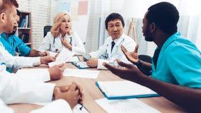 La multinacional doctor a Group Diagnostic Meeting foto de archivo