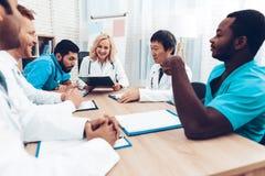 La multinacional doctor a Group Diagnostic Meeting foto de archivo libre de regalías