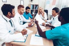 La multinacional doctor a Group Diagnostic Meeting fotos de archivo