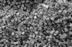 La multiplicidad de cajas del metal en un envase foto de archivo