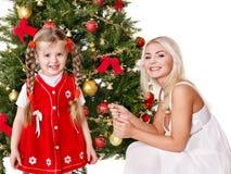 La mummia con una figlia decora l'albero di Natale. Immagine Stock Libera da Diritti