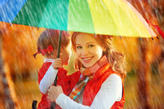 La mummia della famiglia e la figlia felici del bambino con l'arcobaleno hanno colorato il umbrell Fotografie Stock Libere da Diritti