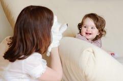 La mummia e la figlia giocano l'esposizione di burattino Fotografia Stock