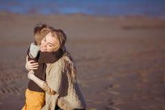 La mummia ed il figlio stanno dando l'un l'altro un abbraccio Immagini Stock