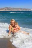 La mummia felice con la figlia ha resto sul mare Immagini Stock Libere da Diritti