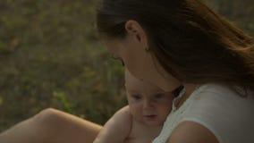 La mummia giovane tiene sulle mani il suo piccolo bambino archivi video