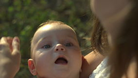 La mummia giovane tiene sulle mani il suo piccolo bambino stock footage