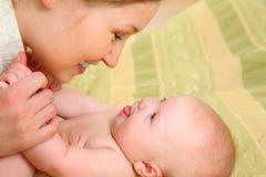 La mummia ha divertimento con il suo bambino Fotografie Stock