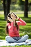 La musica d'ascolto della giovane donna in natura è il mio hobby Immagini Stock