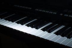 La musica del sintetizzatore nello scuro immagini stock