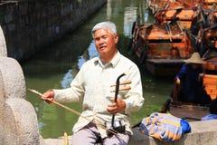 La musica tradizionale cinese esegue da un tipo anziano cieco Viaggio dentro fotografie stock libere da diritti