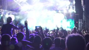 La musique étonnante de observation de personnes heureuses montrent, des ballons à air volant dans la salle de concert clips vidéos