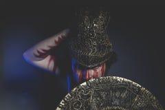 La mythologie, guerrier barbu d'homme avec le casque en métal et bouclier, va le faire Images libres de droits