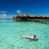 La nadada de la mujer y se relaja en el mar Forma de vida feliz de la isla Imágenes de archivo libres de regalías