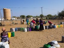 La NAMIBIE, Kavango, le 15 octobre : Femmes dans l'eau de attente de village Kavango était la région avec le lev de pauvreté le p Image libre de droits
