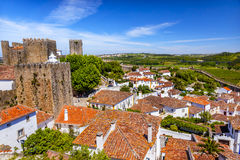 La naranja de las paredes de las torres de las torrecillas del castillo cubre Obidos Portugal Fotos de archivo libres de regalías
