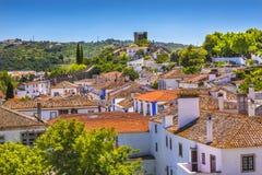 La naranja de las paredes de las torres de las torrecillas del castillo cubre Obidos Portugal Imagenes de archivo