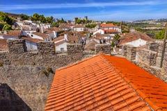La naranja de las paredes de las torres de las torrecillas del castillo cubre Obidos Portugal Fotografía de archivo libre de regalías