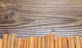 La naranja de madera del fondo de la Navidad corta el canela Fotografía de archivo libre de regalías