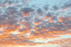 La naranja del cielo azul se nubla puesta del sol Fotografía de archivo libre de regalías