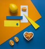 La naranja del limón en un corazón amarillo-naranja azul de la geometría del rectángulo del círculo del triángulo del fondo brill Imagen de archivo