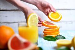 La naranja en las manos Fotos de archivo libres de regalías