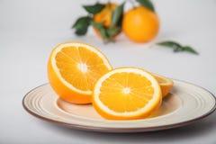 La naranja navel deliciosa en la tabla blanca Imagen de archivo libre de regalías