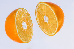 la naranja se corta en dos porciones Imágenes de archivo libres de regalías