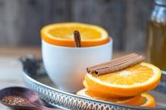La naranja y el canela mezclan té en la bandeja de la porción Foto de archivo libre de regalías