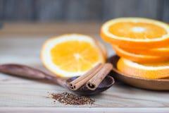 La naranja y el canela mezclan té en el fondo blanco imágenes de archivo libres de regalías