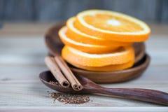 La naranja y el canela mezclan té en el fondo blanco Foto de archivo
