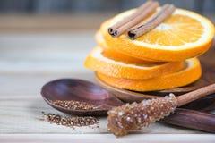 La naranja y el canela mezclan té en fondo de madera Fotografía de archivo libre de regalías