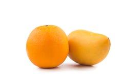Fruta fresca de la naranja y del mango en blanco Foto de archivo libre de regalías