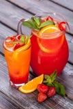 La naranja y la fresa helaron té Foto de archivo libre de regalías