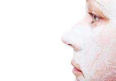 La nariz de la muchacha en un fondo blanco Arcilla blanca en una cara Imagenes de archivo