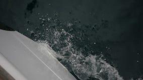 La nariz de la nave corta el ondas almacen de video