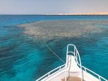 La nariz, el frente del yate blanco, el barco, la nave que se coloca en la plantilla, estacionamiento, anclando en el mar, el océ imagenes de archivo