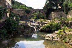 La Nartuby-Fluss, der unter alte Bogenbrücke in Transport fließt Lizenzfreie Stockfotografie