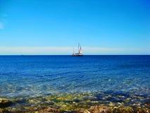 La natación de la nave en el mar imagen de archivo libre de regalías