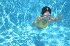 La natación del nadador de la chica joven debajo del agua en piscina y tiene la diversión, el adolescente que se zambulle bajo el Imagen de archivo