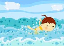 La natation mignonne de petite fille parmi la mer ondule Photos stock
