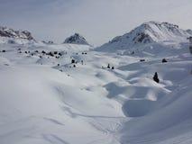 La natura bianca di corsa con gli sci della neve delle belle alpi francesi gode, guarda di marzo Fotografie Stock