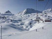 La natura bianca di corsa con gli sci della neve delle belle alpi francesi gode, guarda di marzo Fotografia Stock Libera da Diritti