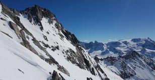La natura bianca di corsa con gli sci della neve delle belle alpi francesi gode, guarda di marzo Fotografia Stock