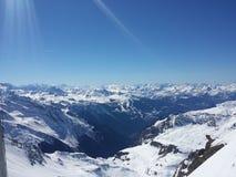 La natura bianca di corsa con gli sci della neve delle belle alpi francesi gode, guarda di marzo Fotografie Stock Libere da Diritti