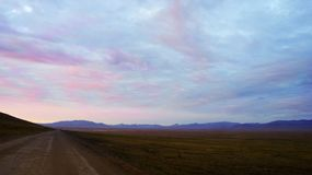 La natura della strada di Chukotka in colline della tundra Fotografia Stock